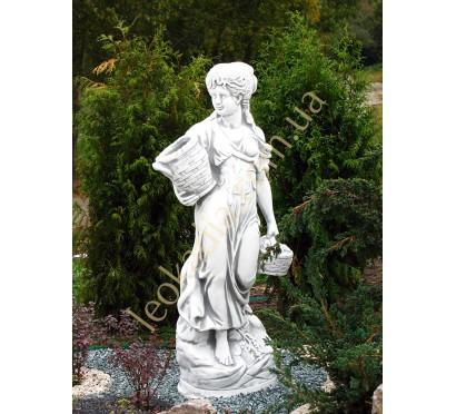 """Скульптура арт. 253 """"Женщина с корзинкой"""" в экстерьере"""