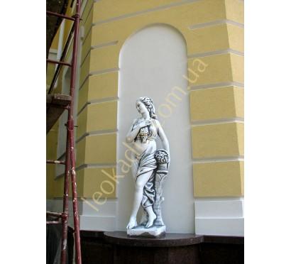 """Скульптура """"Женщина с виноградной гроздью"""" в оформлениее фасада"""