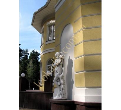 """Скульптура """"Женщина с ромашкой"""" арт. 347 в оформлении фасада"""