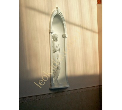 """Скульптура """"Женщина с виноградной гроздью"""" в интерьере"""