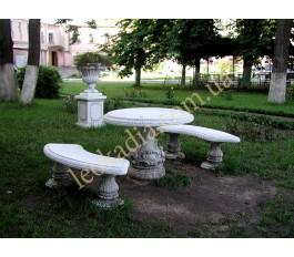 Благоустройство территории - стол, скамейки, ваза на тумбе