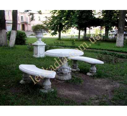 Благоустройство территории- стол, скамейки, ваза на тумбе