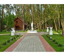 Благоустройство территории: клумба, скульптура и вазы на пьедесталах