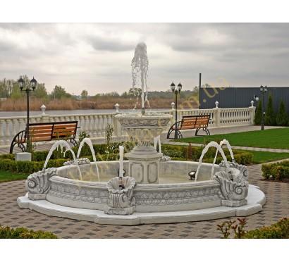 Большой уличный фонтан с бассейном